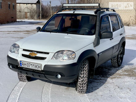 Белый Шевроле Нива, объемом двигателя 1.7 л и пробегом 62 тыс. км за 10200 $, фото 1 на Automoto.ua