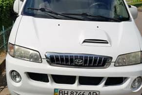 Белый Хендай H-1, объемом двигателя 2.5 л и пробегом 238 тыс. км за 4000 $, фото 1 на Automoto.ua