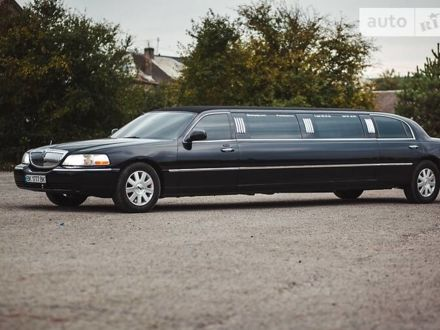 Черный Линкольн Таун Кар, объемом двигателя 4.6 л и пробегом 160 тыс. км за 9950 $, фото 1 на Automoto.ua