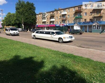 Белый Линкольн Таун Кар, объемом двигателя 4.6 л и пробегом 200 тыс. км за 12000 $, фото 1 на Automoto.ua