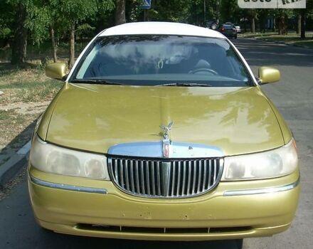 Золотой Линкольн Таун Кар, объемом двигателя 4.6 л и пробегом 200 тыс. км за 8000 $, фото 1 на Automoto.ua