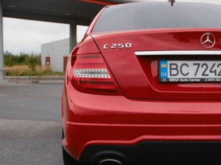Красный Мерседес 250, объемом двигателя 1.8 л и пробегом 200 тыс. км за 13800 $, фото 1 на Automoto.ua