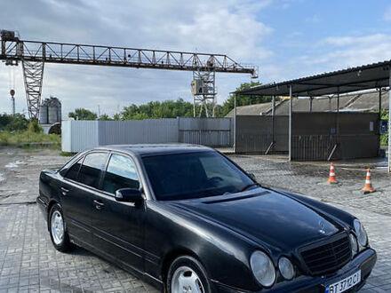 Черный Мерседес E 200, объемом двигателя 2.3 л и пробегом 320 тыс. км за 4200 $, фото 1 на Automoto.ua