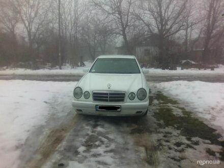 Білий Мерседес Е 210, об'ємом двигуна 2 л та пробігом 264 тис. км за 5600 $, фото 1 на Automoto.ua