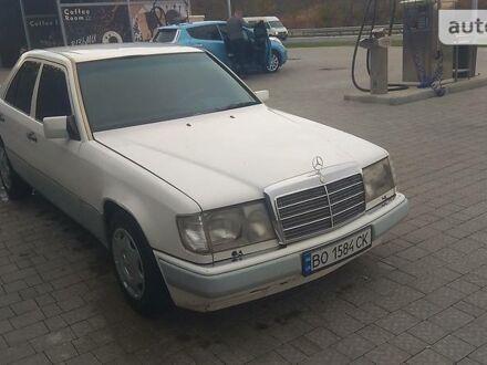 Белый Мерседес Е 260, объемом двигателя 2.6 л и пробегом 430 тыс. км за 3500 $, фото 1 на Automoto.ua
