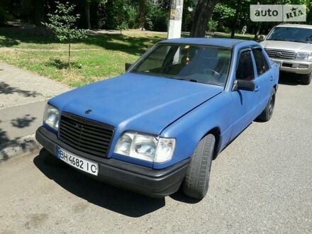 Синий Мерседес Е 260, объемом двигателя 2.6 л и пробегом 300 тыс. км за 6500 $, фото 1 на Automoto.ua
