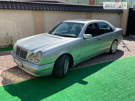 Сірий Мерседес Е 430, об'ємом двигуна 5.5 л та пробігом 185 тис. км за 11500 $, фото 1 на Automoto.ua