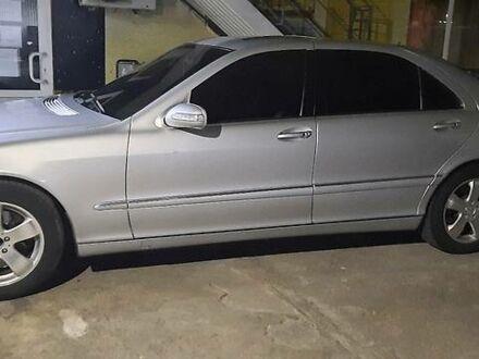 Серый Мерседес С 500, объемом двигателя 5 л и пробегом 331 тыс. км за 7300 $, фото 1 на Automoto.ua