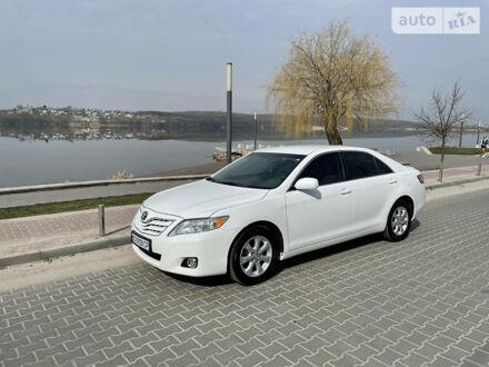 Белый Тойота Камри, объемом двигателя 2.5 л и пробегом 172 тыс. км за 10800 $, фото 1 на Automoto.ua
