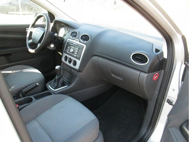 Серый Форд Фокус, объемом двигателя 1.6 л и пробегом 211 тыс. км за 5400 $, фото 1 на Automoto.ua