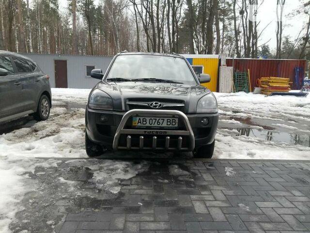 Серый Хендай Туксон, объемом двигателя 2 л и пробегом 263 тыс. км за 9700 $, фото 1 на Automoto.ua
