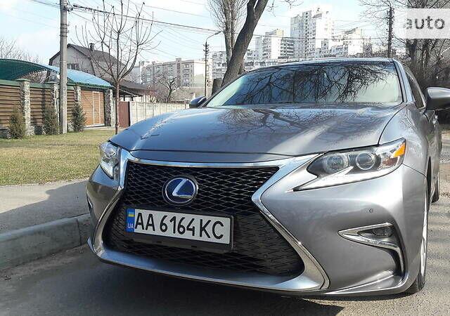 Серый Лексус ES 300h, объемом двигателя 2.5 л и пробегом 169 тыс. км за 18700 $, фото 1 на Automoto.ua