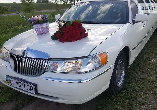 Белый Линкольн Таун Кар, объемом двигателя 4.2 л и пробегом 66 тыс. км за 12000 $, фото 1 на Automoto.ua