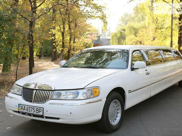 Белый Линкольн Таун Кар, объемом двигателя 4.6 л и пробегом 206 тыс. км за 13500 $, фото 1 на Automoto.ua