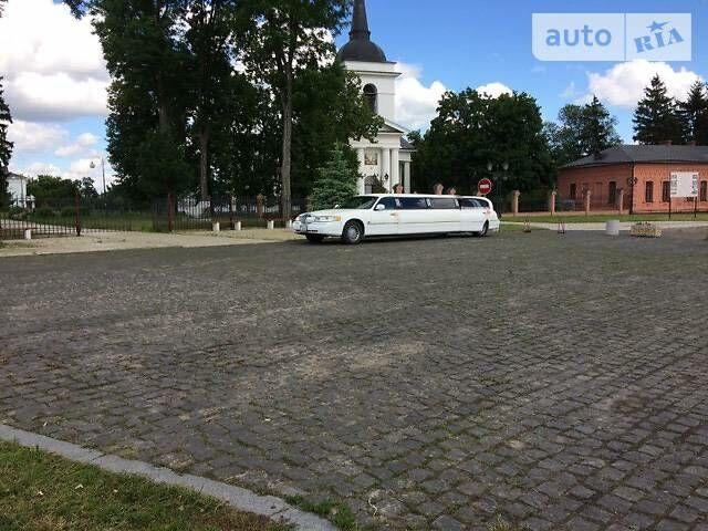 Білий Лінкольн Town Car, об'ємом двигуна 4.6 л та пробігом 150 тис. км за 12000 $, фото 1 на Automoto.ua