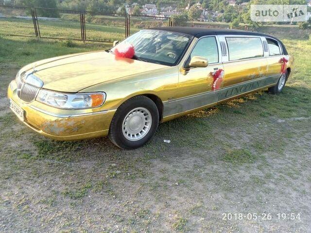 Золотий Лінкольн Town Car, об'ємом двигуна 4.6 л та пробігом 240 тис. км за 8200 $, фото 1 на Automoto.ua