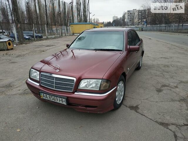 Красный Мерседес 240, объемом двигателя 2.4 л и пробегом 380 тыс. км за 4800 $, фото 1 на Automoto.ua