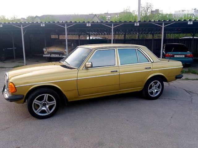 Золотой Мерседес 300, объемом двигателя 3 л и пробегом 150 тыс. км за 1850 $, фото 1 на Automoto.ua