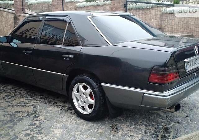 Черный Мерседес E 250, объемом двигателя 2.5 л и пробегом 480 тыс. км за 4500 $, фото 1 на Automoto.ua