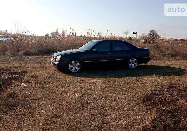 Синий Мерседес Е 280, объемом двигателя 2.8 л и пробегом 320 тыс. км за 3800 $, фото 1 на Automoto.ua