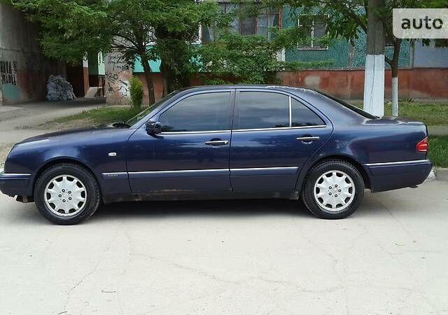 Синий Мерседес Е 280, объемом двигателя 2.8 л и пробегом 355 тыс. км за 4000 $, фото 1 на Automoto.ua