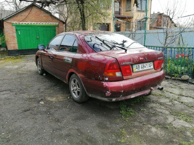 Красный Мицубиси Харизма, объемом двигателя 1.8 л и пробегом 400 тыс. км за 1999 $, фото 1 на Automoto.ua