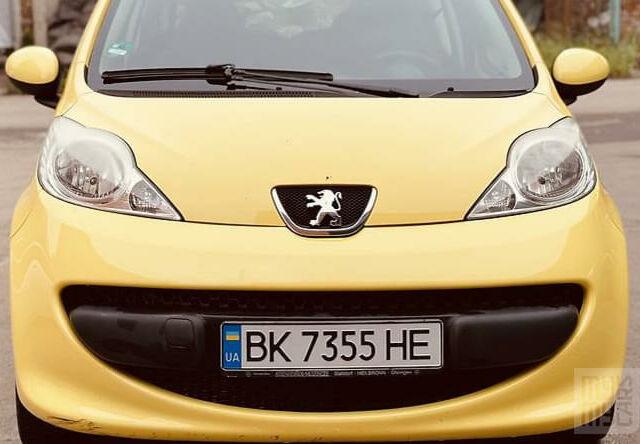 Желтый Пежо 107, объемом двигателя 1 л и пробегом 130 тыс. км за 3650 $, фото 1 на Automoto.ua