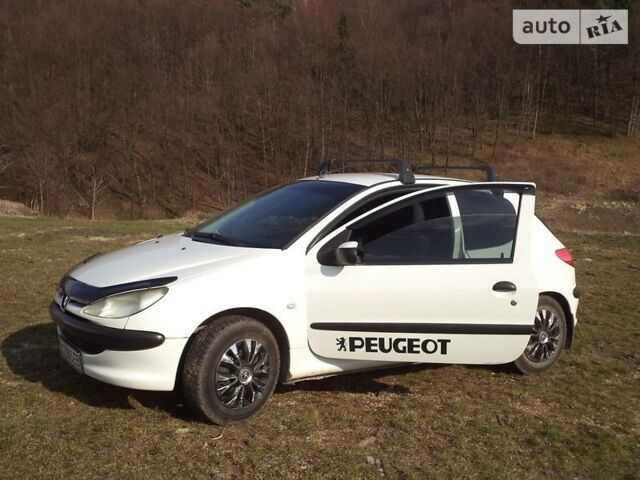 Белый Пежо 206, объемом двигателя 1.1 л и пробегом 300 тыс. км за 3300 $, фото 1 на Automoto.ua