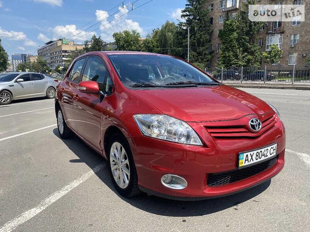 Красный Тойота Аурис, объемом двигателя 1.6 л и пробегом 102 тыс. км за 11200 $, фото 1 на Automoto.ua