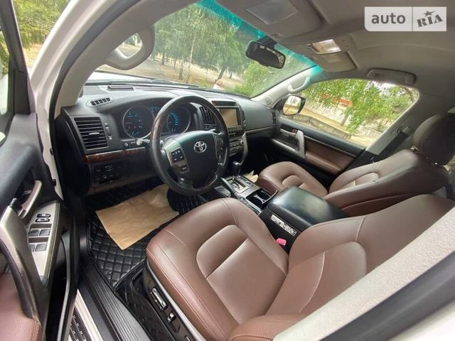 Белый Тойота Ленд Крузер 200, объемом двигателя 4.5 л и пробегом 190 тыс. км за 34200 $, фото 1 на Automoto.ua