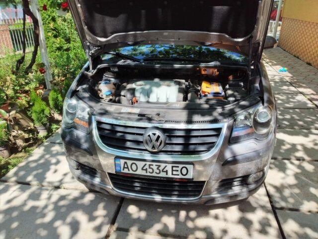 Серый Фольксваген Туран, объемом двигателя 0.2 л и пробегом 240 тыс. км за 8400 $, фото 1 на Automoto.ua