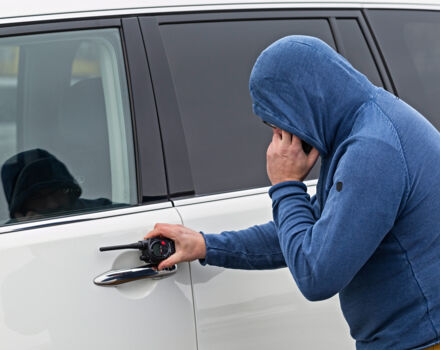 Ограбление злоумышленником автомобиля под домом