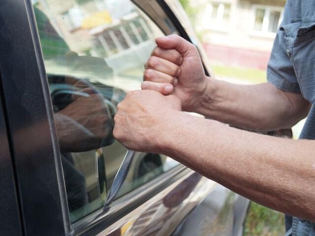 Злоумышленник хочет вскрыть автомобиль для его угона