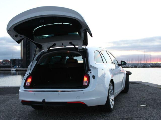Фары в багажнике универсала Opel Insignia