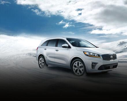 Kia Sorento 2020 едет по заснеженной дороге