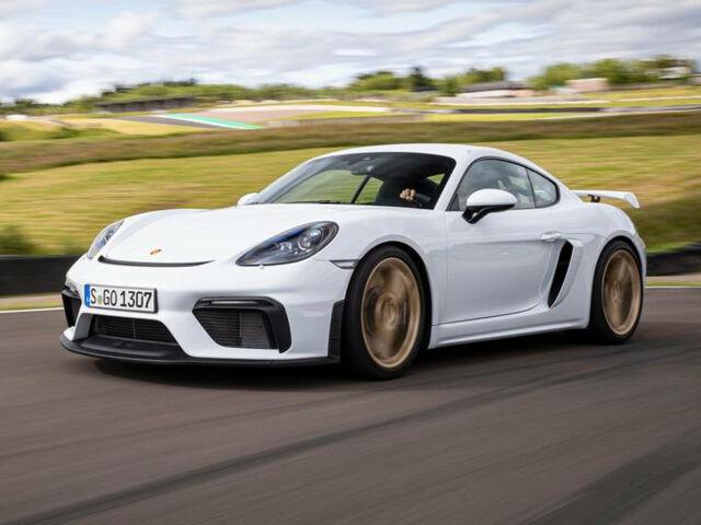 Новый белый Porsche Cayman 2020 года на дороге