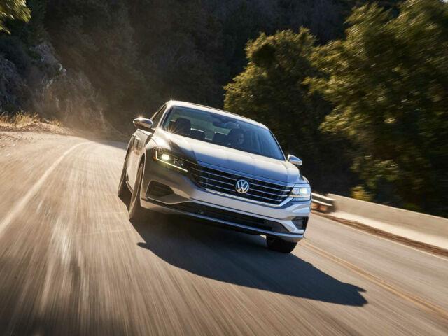 Volkswagen Passat 2020 на дороге