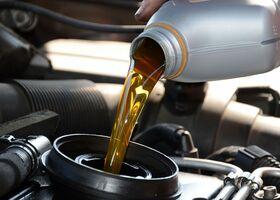 4 хитрости, как долить моторное масло в бак, если под рукой нет воронки фото