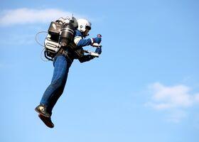 Впервые в мире реактивный ранец Jetpack поднял в воздух любителя (видео)
