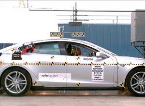 Краш-тест седана Тесла С в США